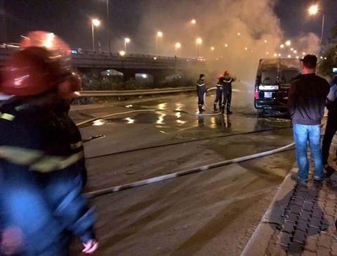 Lực lượng CSPCCC nhanh chóng tiến hành dập lửa. (Ảnh: Otofun.net)