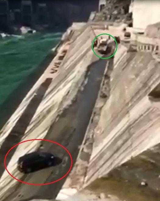 Xe SUV bị chính ô tô cứu hộ đẩy xuống sông - Ảnh 2.