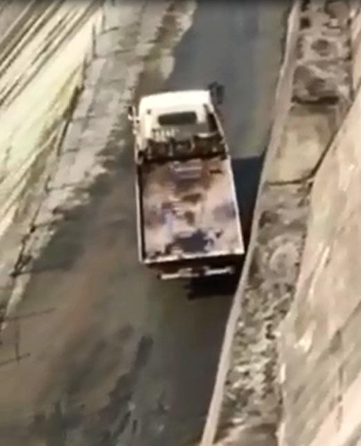 Xe SUV bị chính ô tô cứu hộ đẩy xuống sông - Ảnh 3.