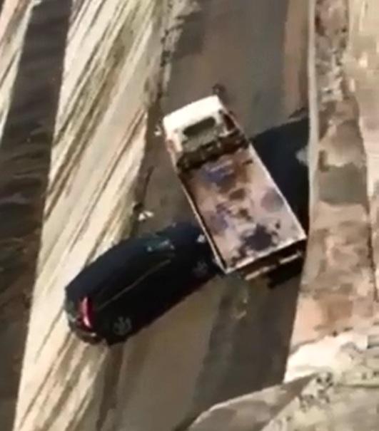 Xe SUV bị chính ô tô cứu hộ đẩy xuống sông - Ảnh 4.