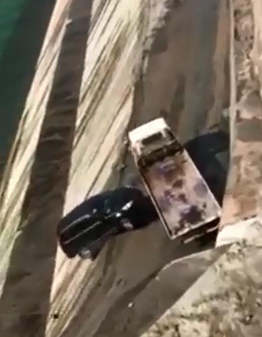Xe SUV bị chính ô tô cứu hộ đẩy xuống sông - Ảnh 5.
