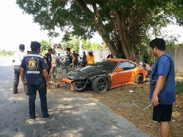 Sư thầy Thái Lan phá nát chiếc xe thể thao mượn của bạn - Ảnh 1.