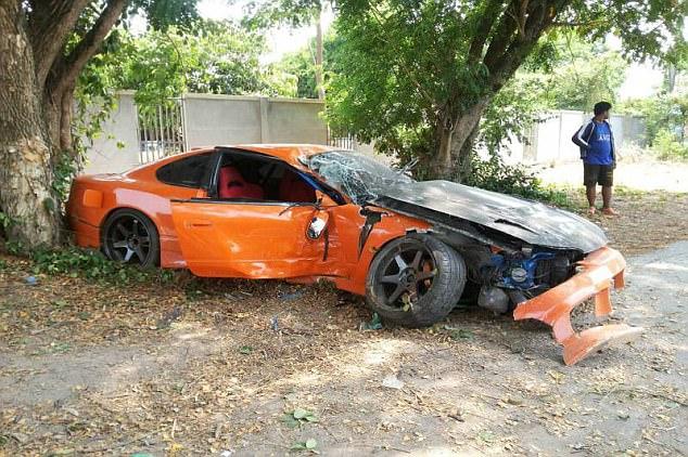 Sư thầy Thái Lan phá nát chiếc xe thể thao mượn của bạn - Ảnh 4.