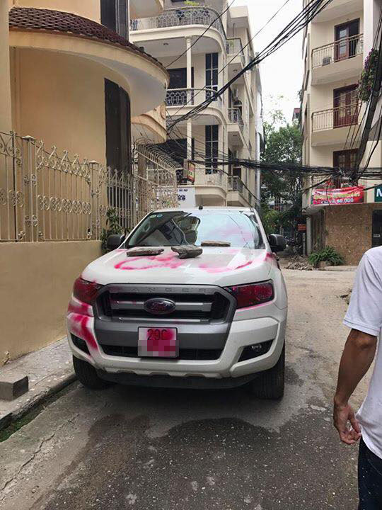 Hà Nội: Đỗ trong ngõ, ô tô bán tải Ford Ranger bị xịt sơn hồng khắp xe - Ảnh 1.