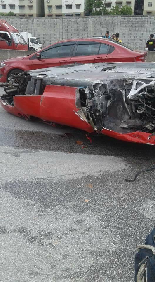 Ngay cả siêu xe gầm thấp như Ferrari F430 cũng có thể lật ngửa - Ảnh 1.