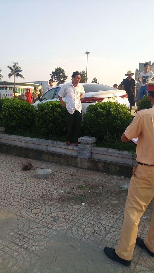 Hà Tĩnh: Hyundai Elantra đâm xe máy, lao lên bồn cây cảnh - Ảnh 1.