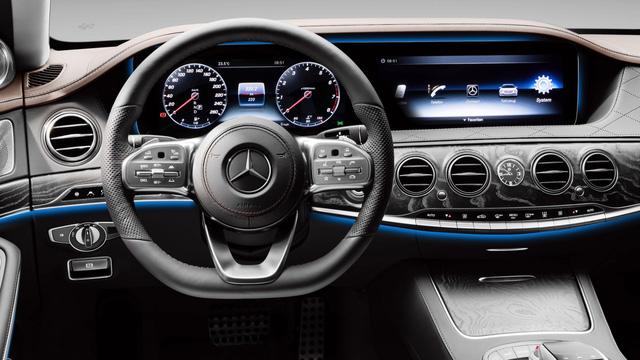 Xe sang Mercedes-Benz S-Class bốc cháy dưới cái nắng mùa hè - Ảnh 4.