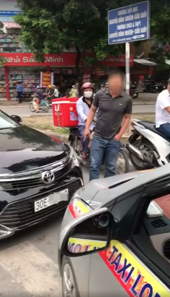 Hà Nội: Toyota Camry chạy lấn làn, bị xe taxi ép phải lùi lại - Ảnh 1.