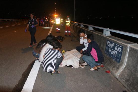 Nữ sinh chụp ảnh tự sướng trên cao tốc, bị xe BMW đâm tử vong - Ảnh 1.