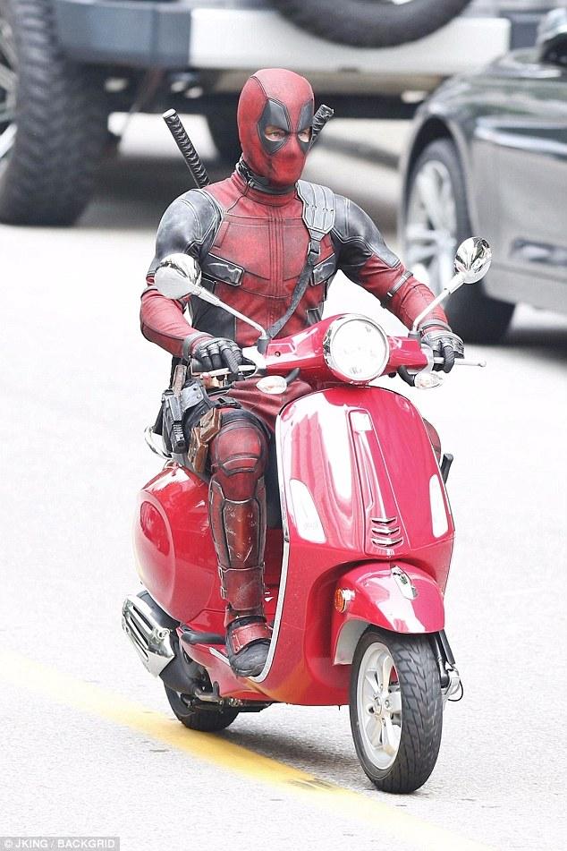 Nam tài tử Ryan Reynolds giả vờ điều khiển Vespa Primavera như thật trên phim trường Deadpool 2 - Ảnh 3.