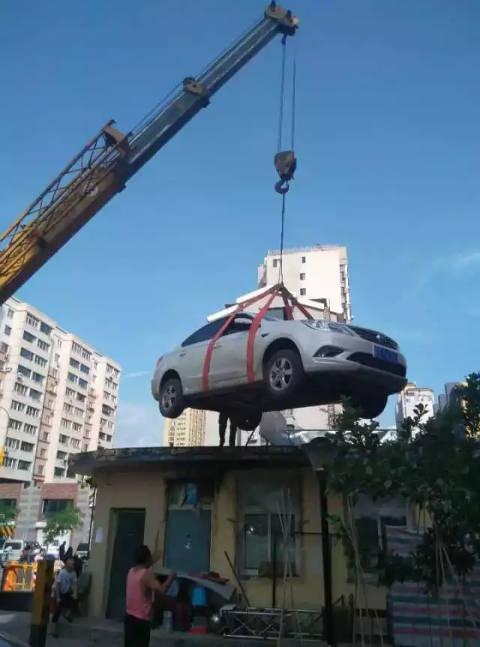 Đỗ ô tô chắn cổng khu chung cư suốt vài tiếng đồng hồ, người phụ nữ nhận cái kết đắng - Ảnh 1.