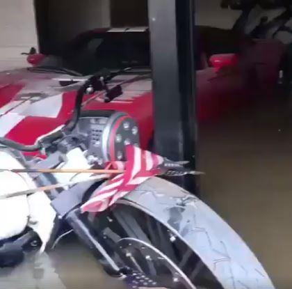 Xót xa với cảnh cặp đôi siêu xe Ferrari bị ngập trong nước sau bão Harvey - Ảnh 2.
