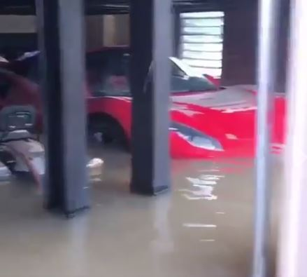 Xót xa với cảnh cặp đôi siêu xe Ferrari bị ngập trong nước sau bão Harvey - Ảnh 4.