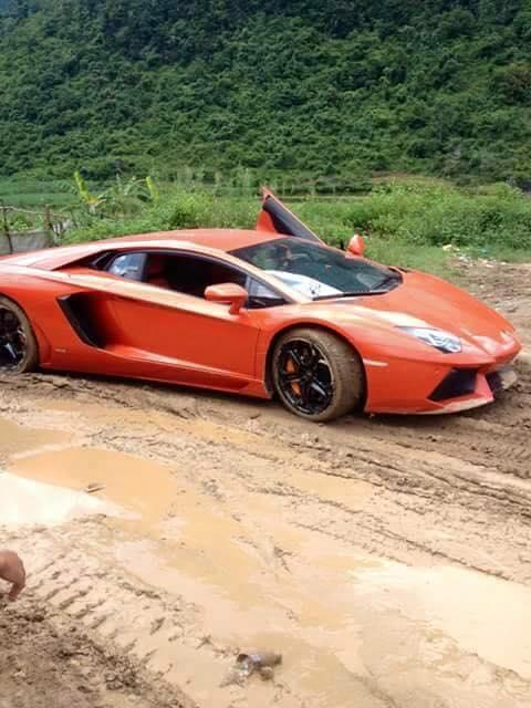 Xem cảnh siêu xe Lamborghini Huracan chật vật vượt qua con đường đất gập ghềnh - Ảnh 4.