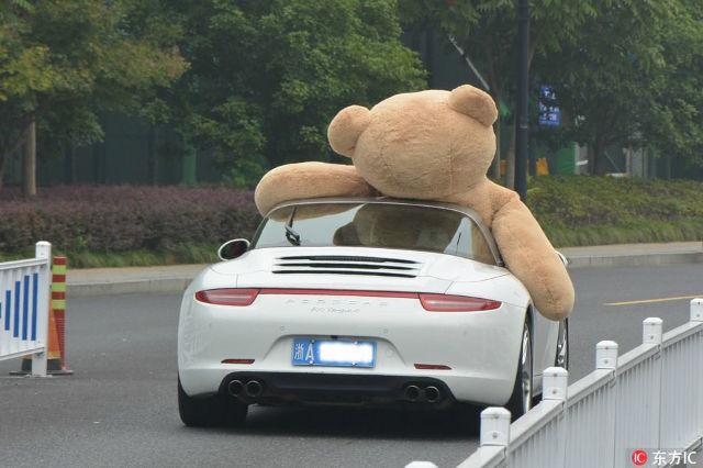 Thiếu gia lái Porsche 911 Targa, chở theo gấu bông cao 2,5 m đi tỏ tình với bạn gái và cái kết - Ảnh 5.