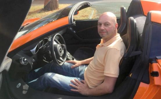 Con lừa nhai cản va siêu xe McLaren 650S Spider vì tưởng là cà rốt, chủ trang trại đền ốm - Ảnh 2.
