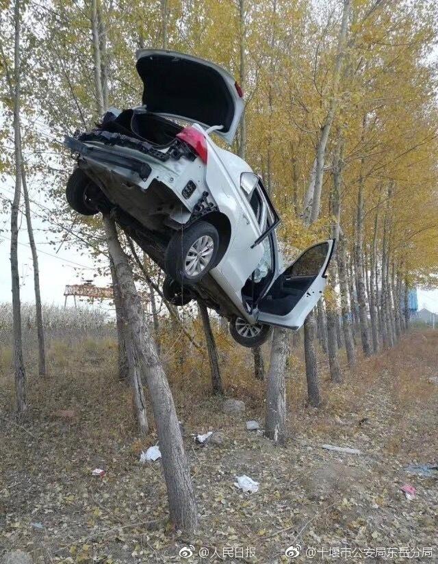 Hiện trường vụ tai nạn ô tô khiến ai cũng phải tò mò - Ảnh 1.
