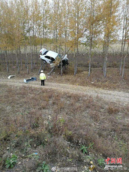 Hiện trường vụ tai nạn ô tô khiến ai cũng phải tò mò - Ảnh 2.