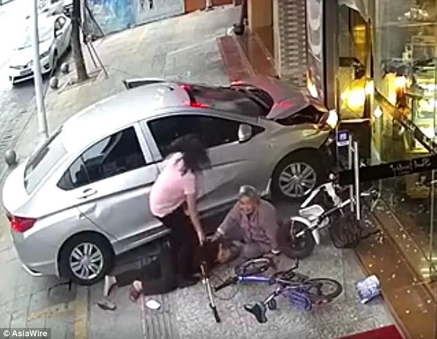 Thấy chiếc ô tô mất lái lao lên vỉa hè, cụ bà nhanh tay đẩy bạn sang một bên để tránh tai nạn - Ảnh 3.