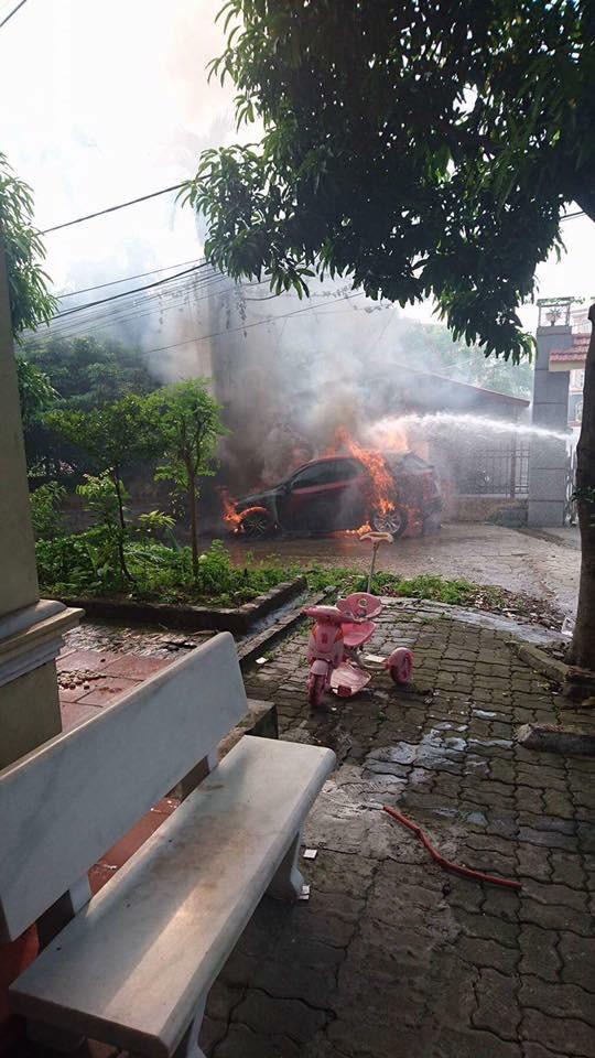 Quảng Ninh: Đỗ trên viên than tổ ong, Mazda CX-5 bị cháy gầm và đầu xe - Ảnh 3.