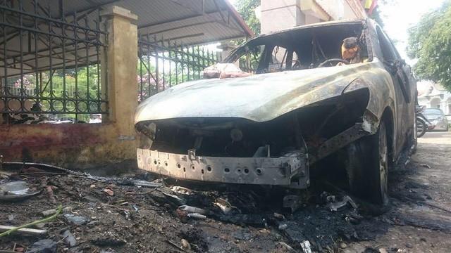 Quảng Ninh: Đỗ trên viên than tổ ong, Mazda CX-5 bị cháy gầm và đầu xe - Ảnh 4.