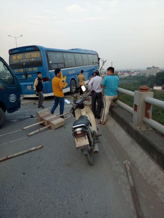 Xe khách nằm chênh vênh trên cầu Thanh Trì, suýt rơi xuống sông Hồng khiến hàng chục người hoảng loạn - Ảnh 4.