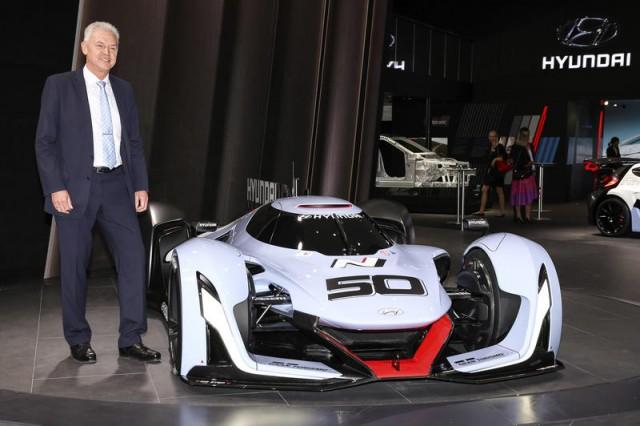 Sếp Hyundai chê BMW và Mercedes-Benz tập trung vào những công nghệ vô dụng - Ảnh 1.