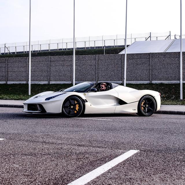 Xem tay lái thử chuyên nghiệp điều khiển Ferrari LaFerrari mui trần dễ như ăn kẹo - Ảnh 5.
