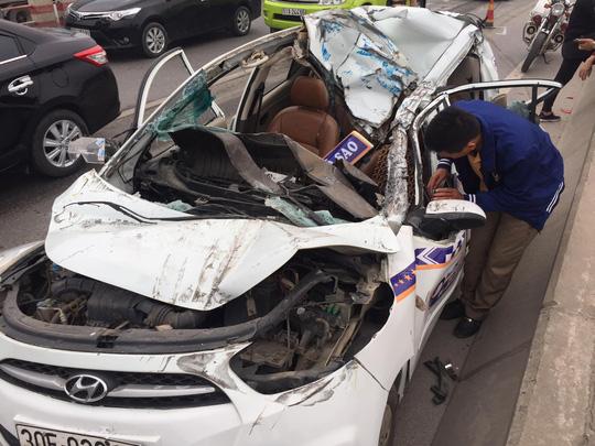 Tai nạn kinh hãi, xe taxi nát bươm trong gầm xe tải - Ảnh 1.