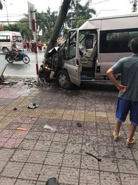 Xe khách mất lái đâm gãy cột điện - Ảnh 1.