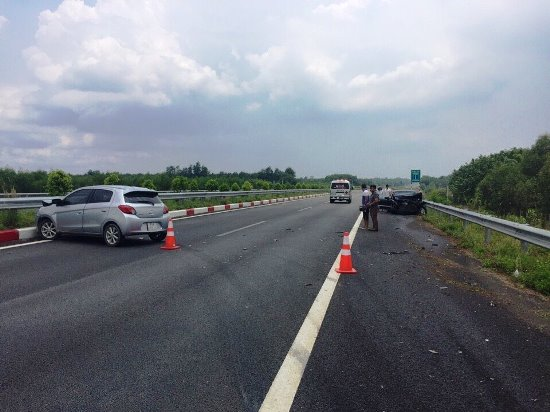 3 ô tô vỡ nát sau cú đâm trên cao tốc, nhiều người hoảng loạn - Ảnh 1.