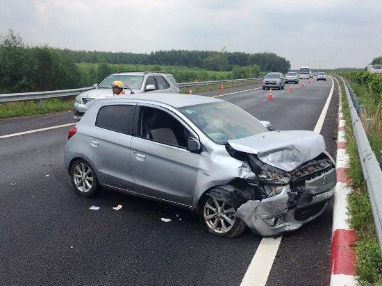 3 ô tô vỡ nát sau cú đâm trên cao tốc, nhiều người hoảng loạn - Ảnh 2.