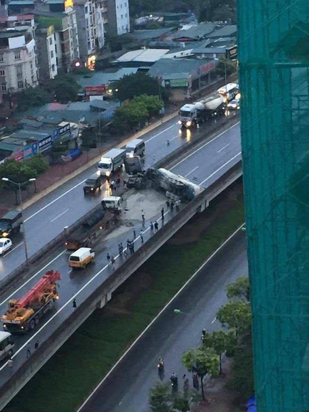 Hà Nội: Không chú ý quan sát, xe bồn đâm vào ô tô tải rồi lật chắn ngang đường cao tốc trên cao - Ảnh 2.