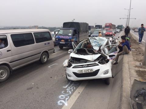 Tai nạn kinh hãi, xe taxi nát bươm trong gầm xe tải - Ảnh 2.