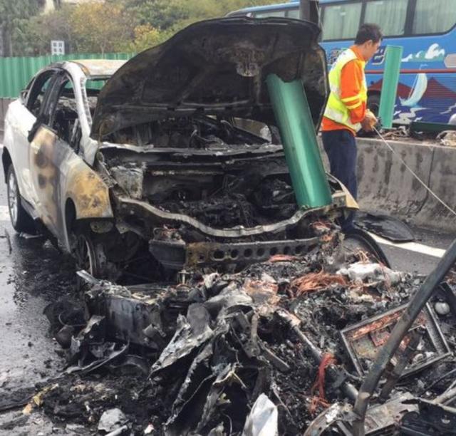 Bị nhốt trong Tesla Model X vì cửa không mở sau tai nạn, cô gái đòi bồi thường 1 triệu USD - Ảnh 4.