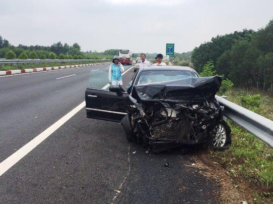 3 ô tô vỡ nát sau cú đâm trên cao tốc, nhiều người hoảng loạn - Ảnh 3.