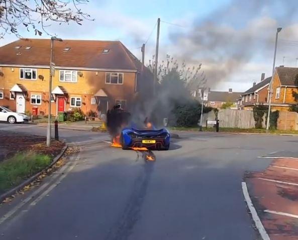 Siêu xe triệu USD hàng hiếm McLaren P1 cháy như đuốc trên phố - Ảnh 2.