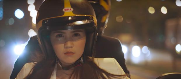 Ngọc Trinh cầm lái Ducati Scrambler đưa bạn trai đi trốn - Ảnh 1.