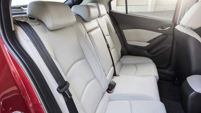 Có 740 triệu đồng, chọn Mazda3 2.0 mới hay Mercedes-Benz C250 2012? - Ảnh 8.