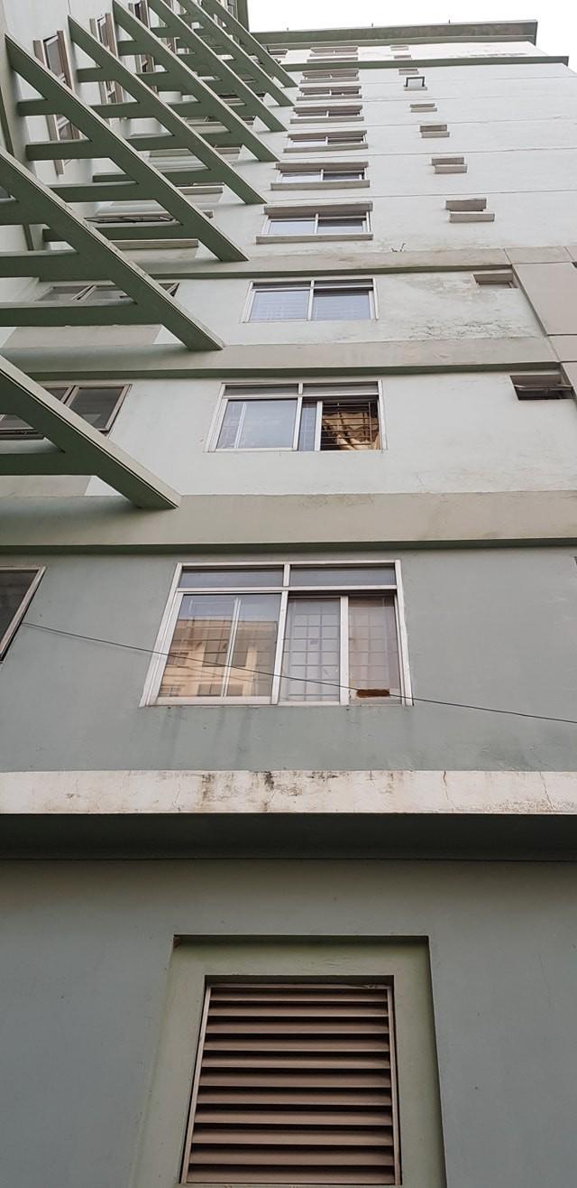 Hà Nội: Cốc thủy tinh từ trên chung cư rơi xuống làm vỡ tan tành kính ô tô, cái cốc không hiểu sao chả sứt mẻ gì - Ảnh 1.