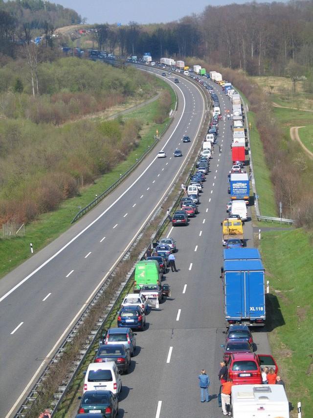 Xem cách nhường đường cho xe cứu thương cực thông minh của người Đức mà chúng ta nên học hỏi - Ảnh 3.