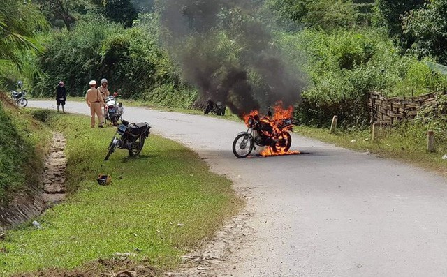 Không mang giấy tờ, người đàn ông châm lửa đốt xe máy trước mặt CSGT rồi bỏ đi - Ảnh 1.