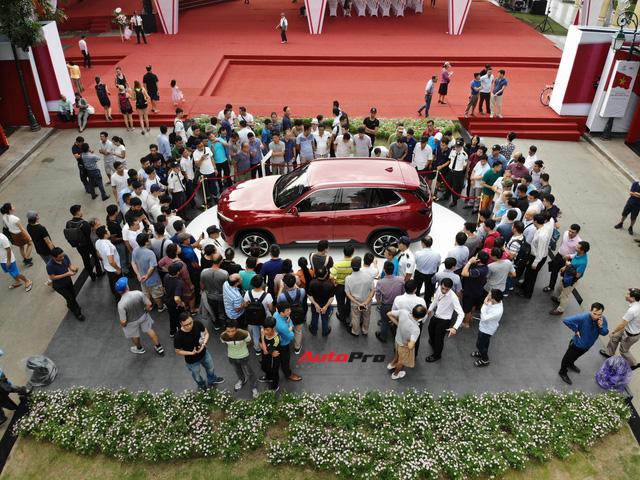 Mở cửa ngày 2, VinFast vẫn thu hút đông đảo người dân tới tham quan - Ảnh 2.