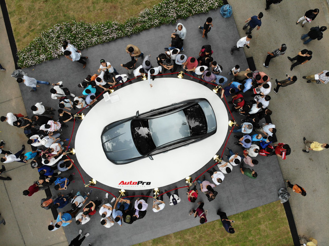 Mở cửa ngày 2, VinFast vẫn thu hút đông đảo người dân tới tham quan - Ảnh 7.