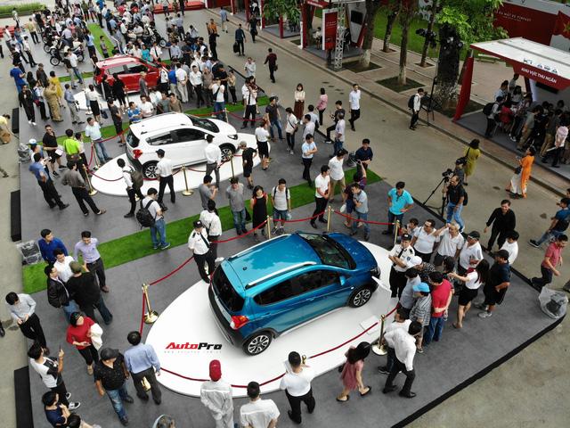 Mở cửa ngày 2, VinFast vẫn thu hút đông đảo người dân tới tham quan - Ảnh 10.