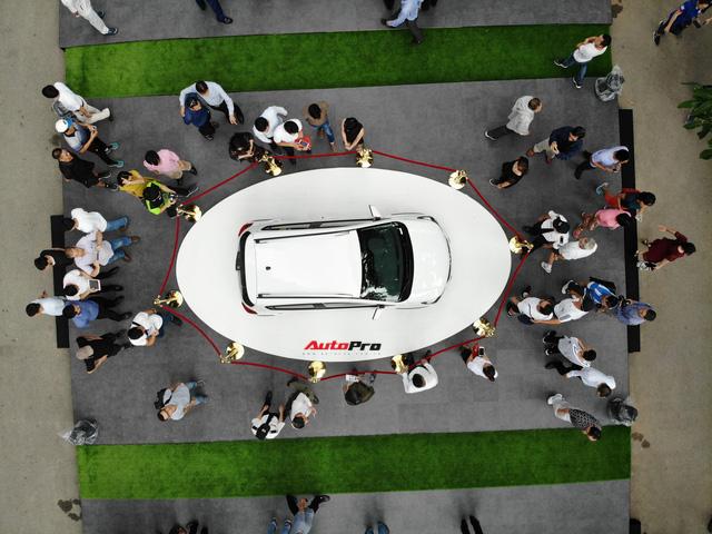 Mở cửa ngày 2, VinFast vẫn thu hút đông đảo người dân tới tham quan - Ảnh 11.