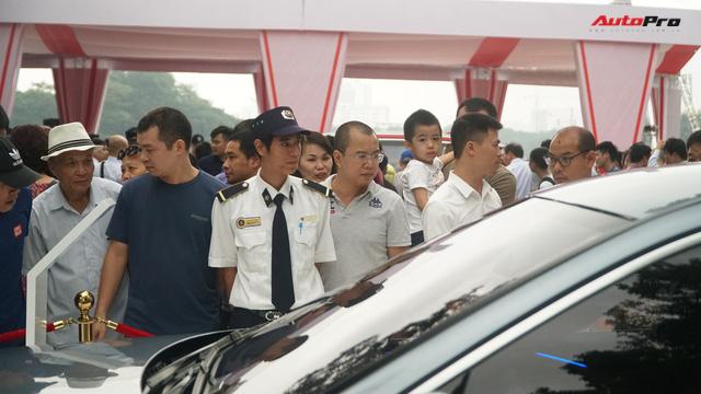 Mở cửa ngày 2, VinFast vẫn thu hút đông đảo người dân tới tham quan - Ảnh 9.