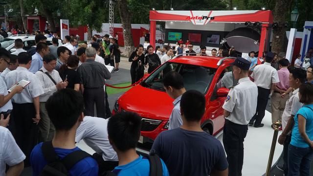 Mở cửa ngày 2, VinFast vẫn thu hút đông đảo người dân tới tham quan - Ảnh 13.