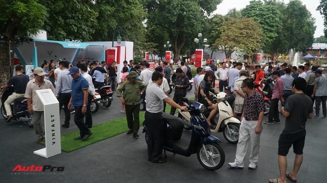 Mở cửa ngày 2, VinFast vẫn thu hút đông đảo người dân tới tham quan - Ảnh 14.