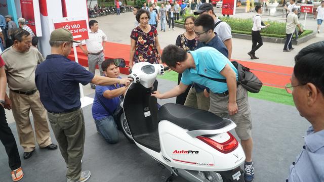 Mở cửa ngày 2, VinFast vẫn thu hút đông đảo người dân tới tham quan - Ảnh 15.